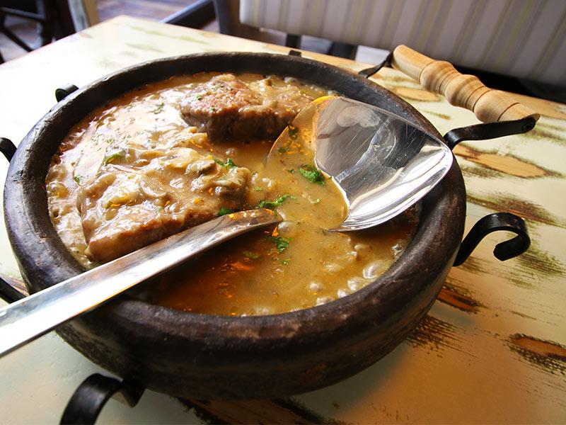 Барска тава - свинско во земјена тава со сос од печурки