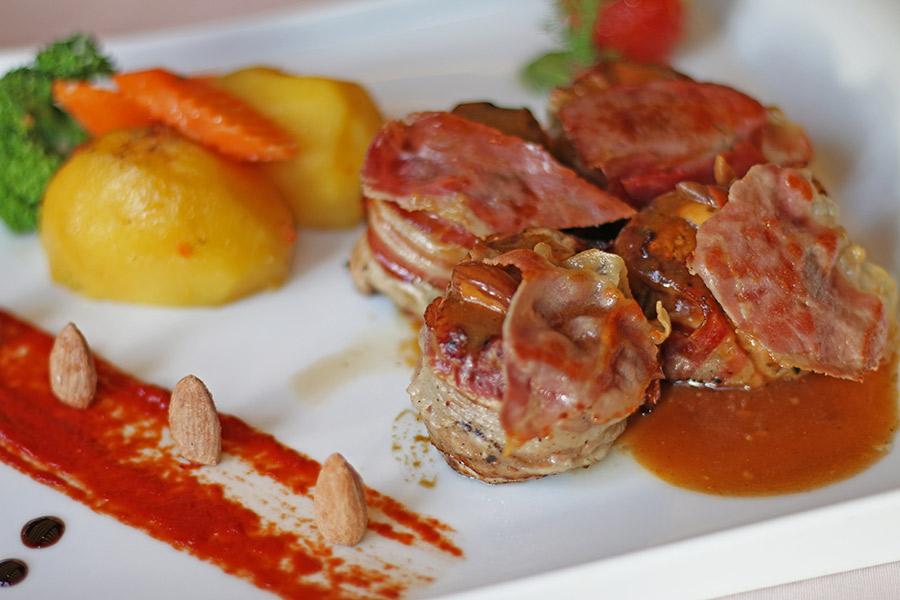 Свинско филе во сос од бадеми