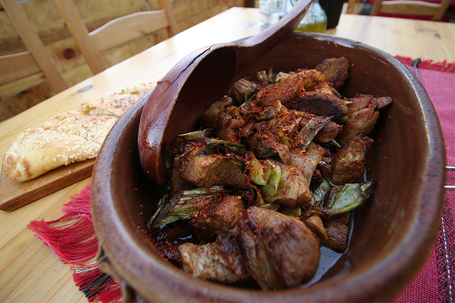 Свинско месо со праз и сува пиперка
